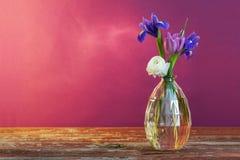 Stillleben mit Frühlingsblumen im Vase Lizenzfreies Stockbild