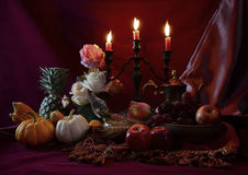 Stillleben mit Früchten wurden zusammen mit Kerzenständer gesetzt Stockbilder