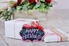 Stillleben mit frohe Feiertage Zeichen und Kästen Lizenzfreie Stockbilder