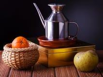 Stillleben mit Frucht und einem Krug Schmieröl Stockfoto