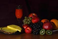 Stillleben mit Frucht und Saft Lizenzfreie Stockfotos