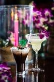 Stillleben mit gefrorenem Kaffee mit Sahne, blüht Orchidee und brennt Stockbild