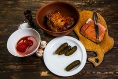 Stillleben mit gegrilltem Fleisch des Truthahn- und Salzlachsfilets Lizenzfreie Stockfotos