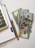 Stillleben mit Geldamerikanerrechnungen Stockfotos
