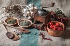 Stillleben mit Gemüse und getrockneten Kräutern Stockfotos