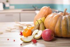 Stillleben mit Herbstfrüchten und -kürbis Stockbild