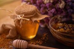 Stillleben mit Honig, Bienenwabe, dem Blütenstaub und Propolis Stockfoto
