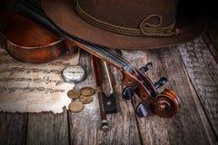 Stillleben mit Hut, Violine und Münzen Stockfotos