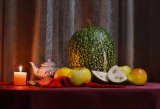 Stillleben mit Kürbis und Frucht Lizenzfreies Stockfoto