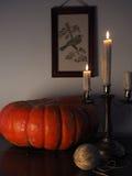 Stillleben mit Kürbis und Kerzenständer Lizenzfreies Stockfoto