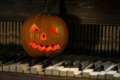Stillleben mit Kürbisgesicht auf Halloween im Oktober stockfotografie