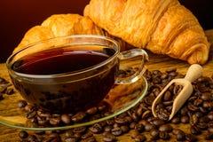 Stillleben mit Kaffee und Hörnchen Stockbild