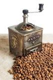 Stillleben mit Kaffeebohnen und alter Kaffeemühle auf dem hölzernen Hintergrund Stockfoto