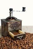 Stillleben mit Kaffeebohnen und alter Kaffeemühle auf dem hölzernen Hintergrund Lizenzfreie Stockbilder