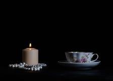 Stillleben mit Kerzen, Perlen und Tee Stockbilder