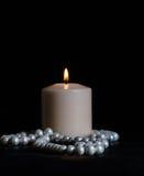 Stillleben mit Kerzen und Perlen Stockfoto