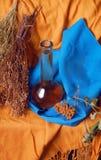 Stillleben mit Kräutern und Flasche Stockbild