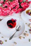 Stillleben mit Kräutertee, Kuchen und Rosen Stockbild