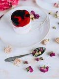 Stillleben mit Kräutertee, Kuchen und Rosen Stockfotografie