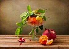 Stillleben mit KristallVase mit Früchten Stockbild