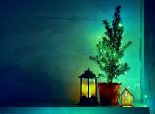 Stillleben mit Laternen, verziertem natürlichem Nadelbaum, Lichtern und Kopienraum lizenzfreie stockfotografie