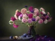 Stillleben mit luxuriösem Blumenstrauß von Herbstastern Lizenzfreies Stockbild