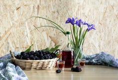 Stillleben mit Maulbeere und Iris Stockfotografie