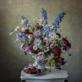 Stillleben mit Mischblumenstrauß Stockbilder