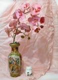 Stillleben mit Orchidee und Drapierung stockfotografie