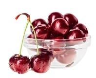 Stillleben mit Paaren der roten nassen Kirsche tragen Früchte Stockbilder