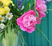 Stillleben mit Pfingstrosen und Wildflowers Lizenzfreies Stockbild