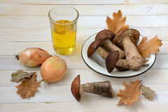 Stillleben mit Pilzen und Zwiebeln Stockfoto