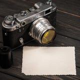 Stillleben mit Retro- sowjetischer Fotokamera FED-2 Stockfotos