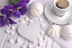 Stillleben mit Schale von coffe Eibisch-Zefiriris blüht Herzzeichen auf weißem hölzernem Hintergrund Lizenzfreie Stockbilder