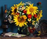 Stillleben mit Sonnenblumen und Gartenbeeren: Stachelbeere und Cu stockbild