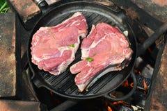 Stillleben mit Stücken rohem Fleisch auf dem Grill Lizenzfreie Stockfotografie