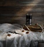Stillleben mit Tasse Kaffee, alte Bücher, Scheren auf einem Hintergrund von rauen hölzernen Wänden weinlese Stockfoto