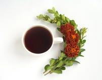 Stillleben mit Tasse Kaffee und Blumen Zweige von Buchsbaum und Blumen tagetes Stockfoto