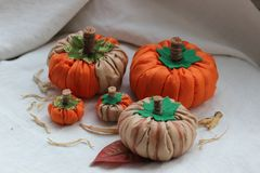 Stillleben mit Textilkürbisen für Halloween stockfotos