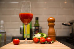 Stillleben mit Tomatensaft Stockfotos