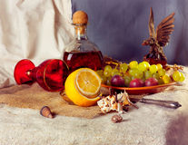 Stillleben mit Trauben und Likör Stockbild