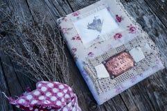 Stillleben mit trockenen Blumen und einem Notizbuch der Handarbeit im vintag stockfotos