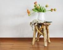 Stillleben mit Tulpenblumenstrauß auf hölzernem rustikalem Stuhl Stockfotografie