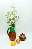 Stillleben mit Vase Glocken und Äpfeln Stockfotos