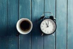 Stillleben mit Wecker und Kaffee Stockfotografie