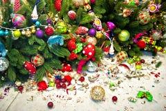 Stillleben mit Weihnachtsbaum und defekten Dekorationsbällen Stockbilder