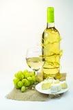 Stillleben mit Wein, Trauben und Käse Stockbild