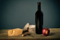 Stillleben mit Wein- und Fruchtkäse, Korkenzieher lizenzfreie stockfotos