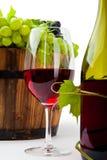 Stillleben mit Weinflaschen, -gläsern und -trauben stockfotos