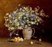 Stillleben mit Wildflowers und süßer Kirsche Lizenzfreies Stockfoto